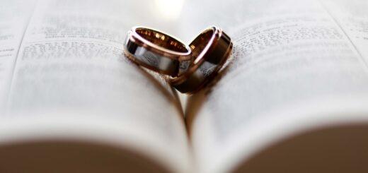 Пръстени върху Библия
